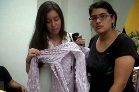 Zulema mostró cómo quedó su blusa el día en que sus padres la enviaron al centro. Foto: Twitter/Silvia Buendia